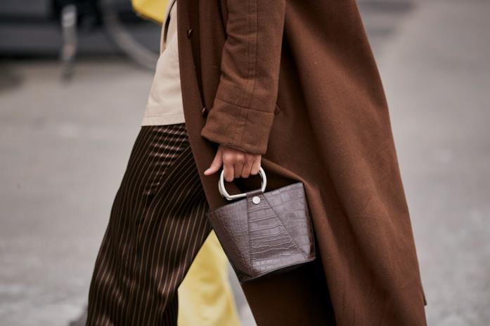 Modello di borsa marrone secchiello