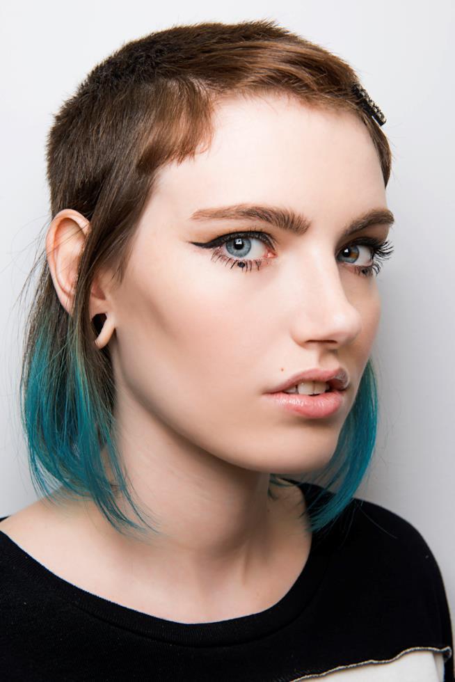 Ragazza con capelli castani e punte blu