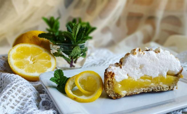 Pezzetto di dolce con crema gialla e bianca