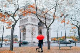 Coppia durante un weekend romantico a Parigi ad Halloween