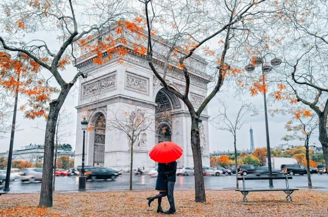 Coppia durante un weekend romantico a Parigi ad Halloween