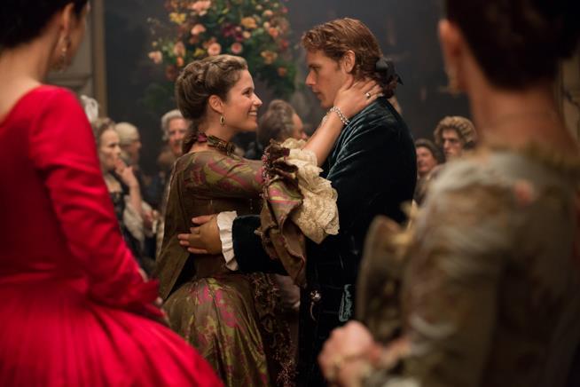 Annalise De Marillac tiene il viso di Jamie Fraser tra le mani durante un ballo a corte