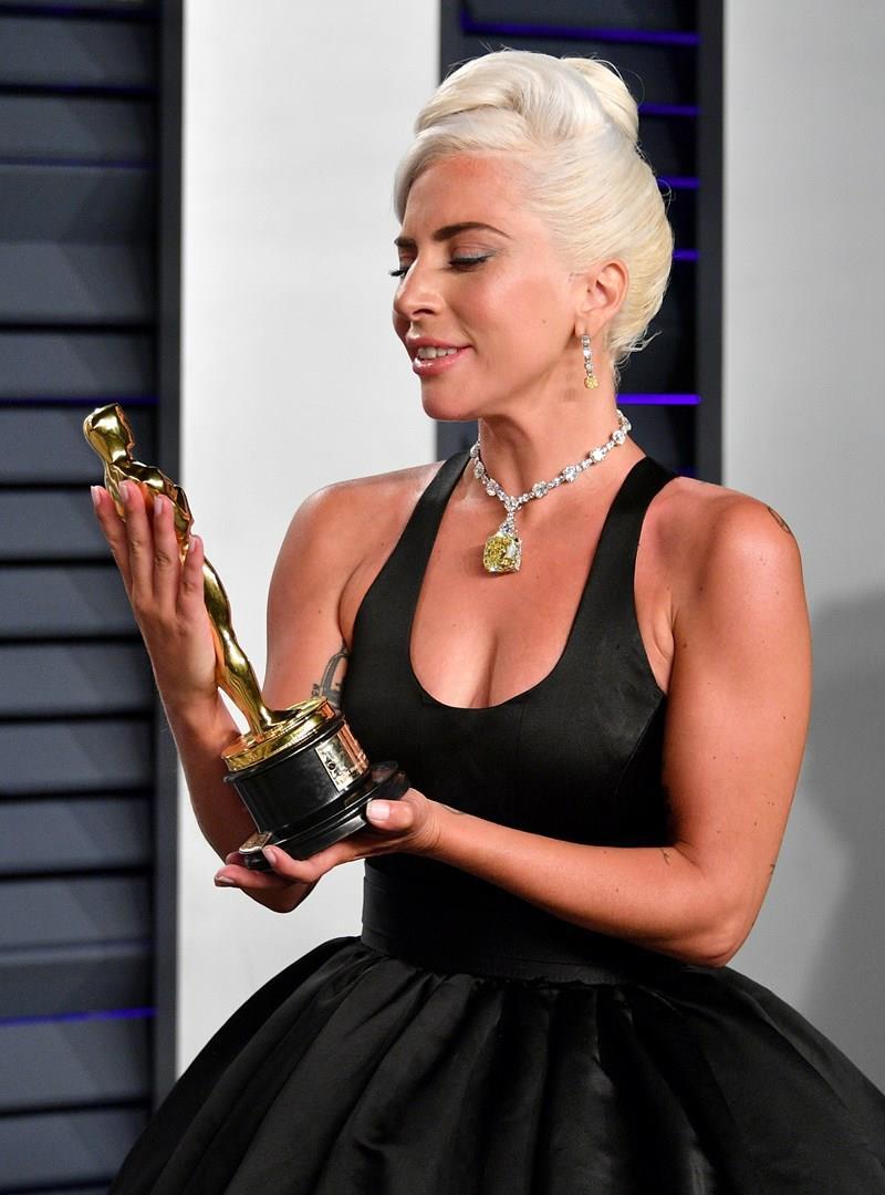 Lady Gaga stringe il suo Oscar