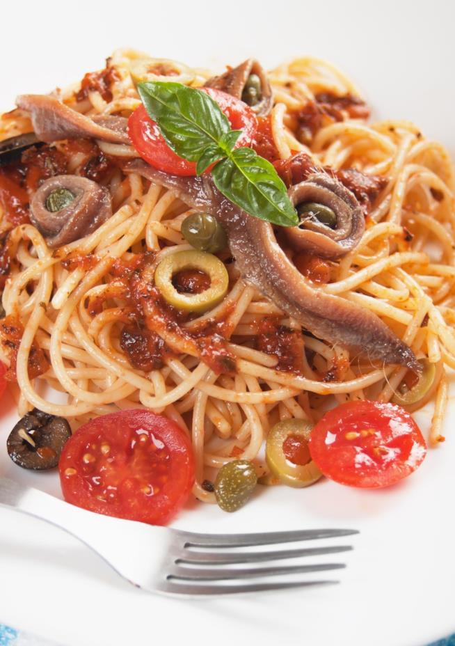 Spaghetti alla puttanesca con olive e alici