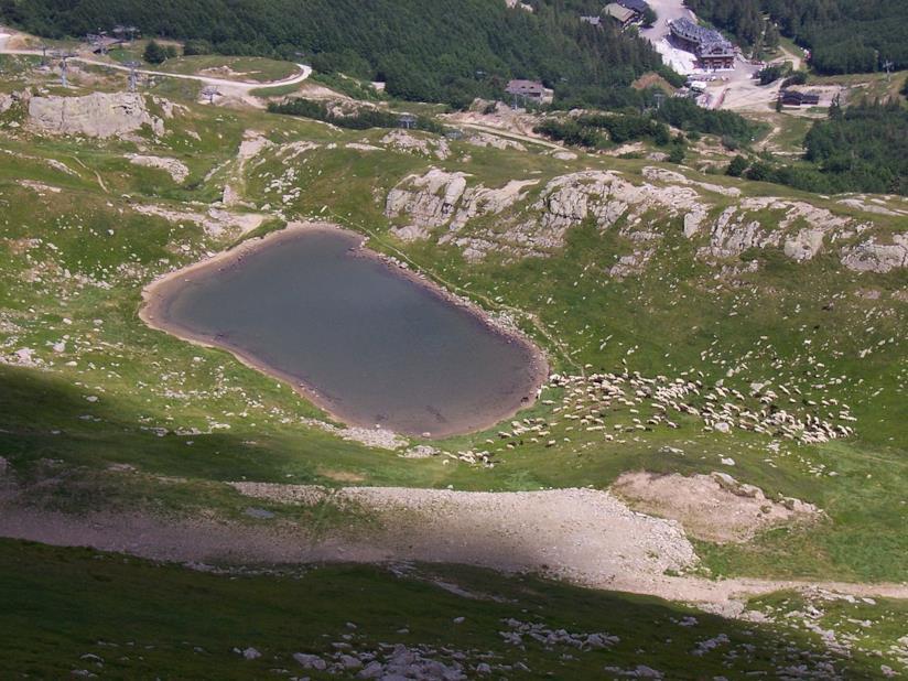 Una vista dall'alto del Lago Piatto dell'Abetone