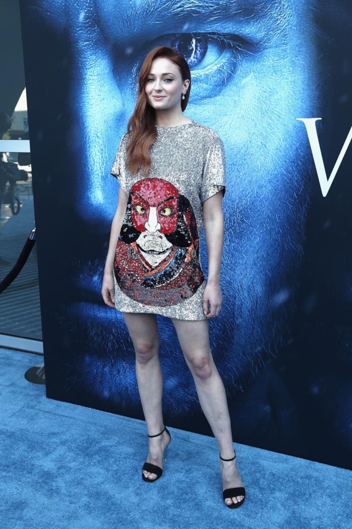Sophie Turner con un abito corto di paillettes