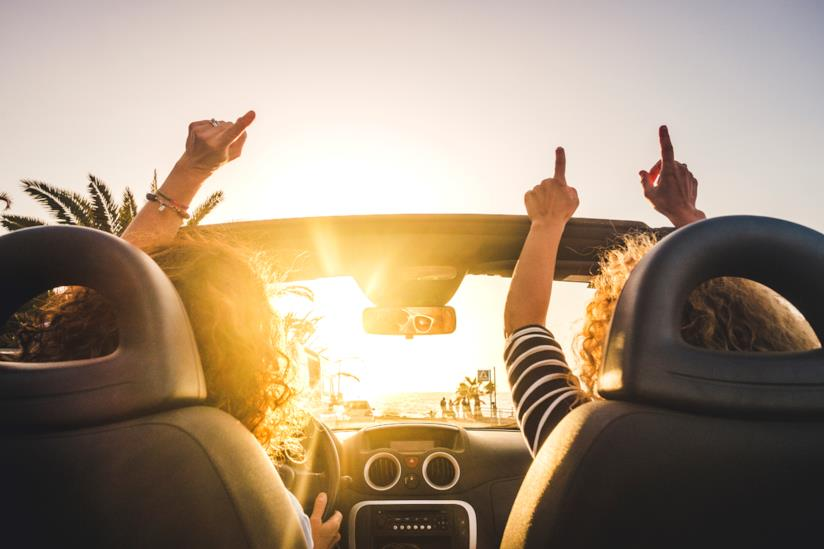 due donne viaggiano in auto insieme