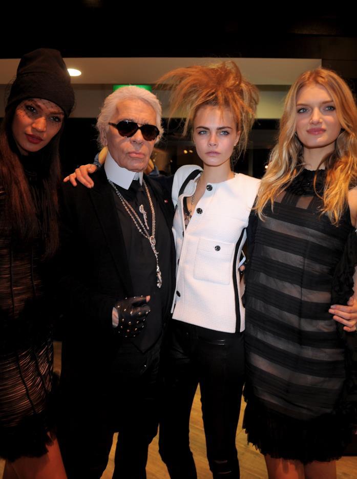 Cara Delevingne e Karl Lagerfled  con due modelle