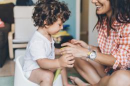 Togliere i pannolini ai neonati