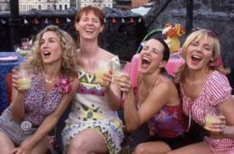 Il frame finale, in cui le protagoniste brindano, dell'ultima puntata della terza stagione