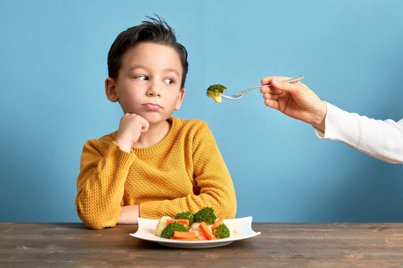 Bambino che non vuole i broccoli