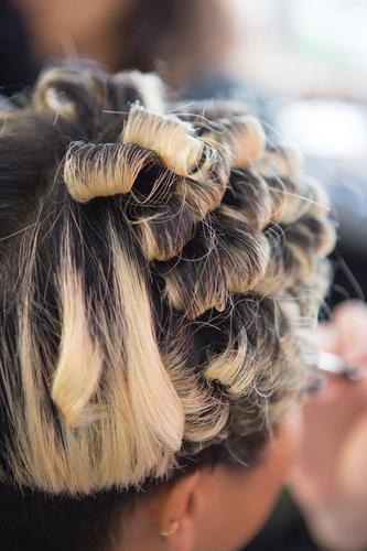 Mèches bionde su capelli scuri