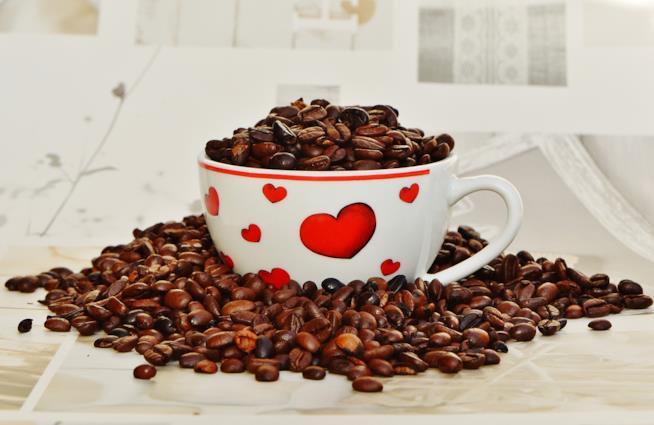 Tazza con chicchi di caffè e cuori