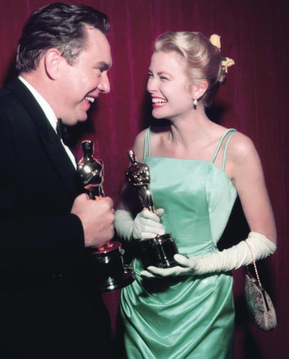 Grace Kelly stringe l'Oscar nel 1955.