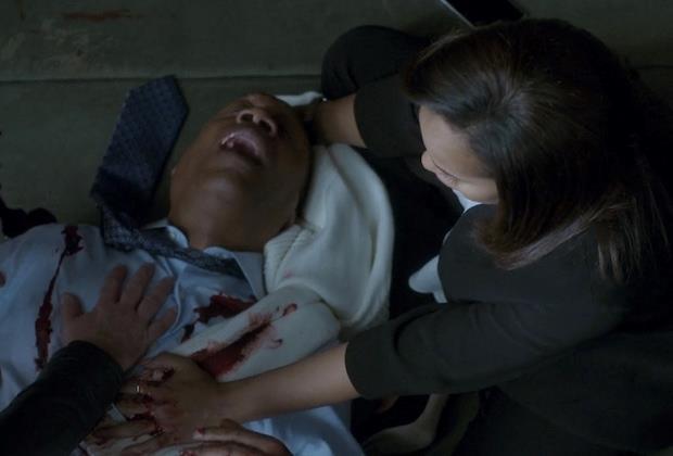 Una scena dal finale della terza stagione di Scandal con il padre di Olivia