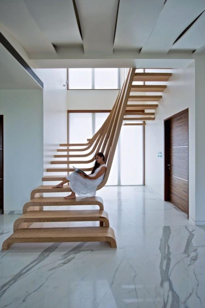 Scala di legno aperta visibile da ogni stanza