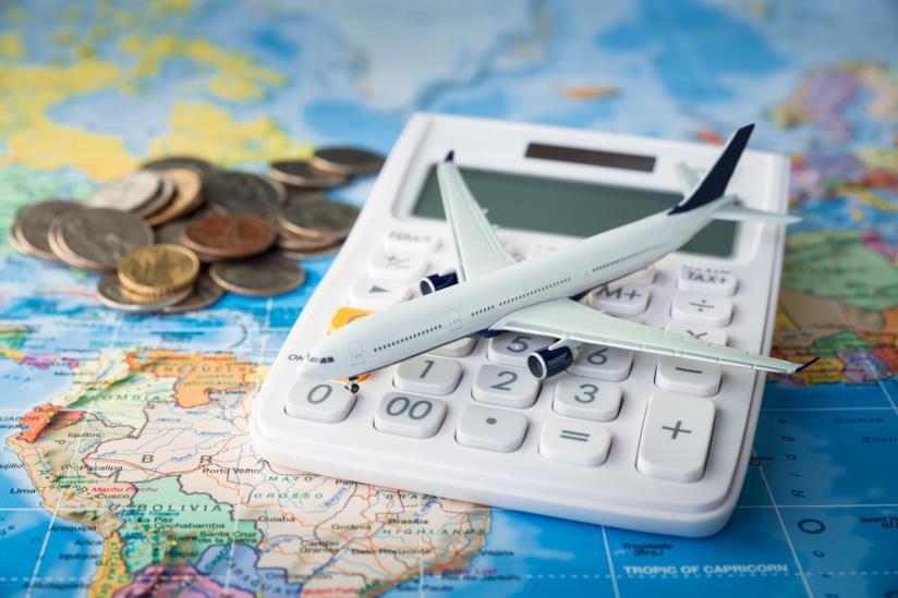 Calcolatrice, soldi, aeroplano