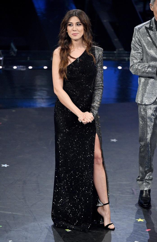 Virginia Raffaele e l'abito monospalla