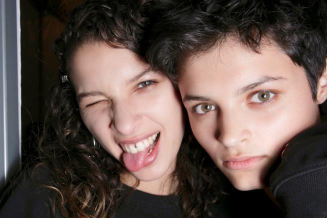 Due ragazze con capelli ricci
