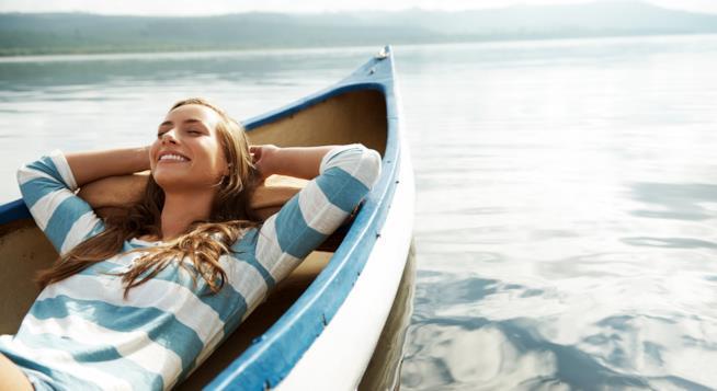Ragazza si rilassa in barca