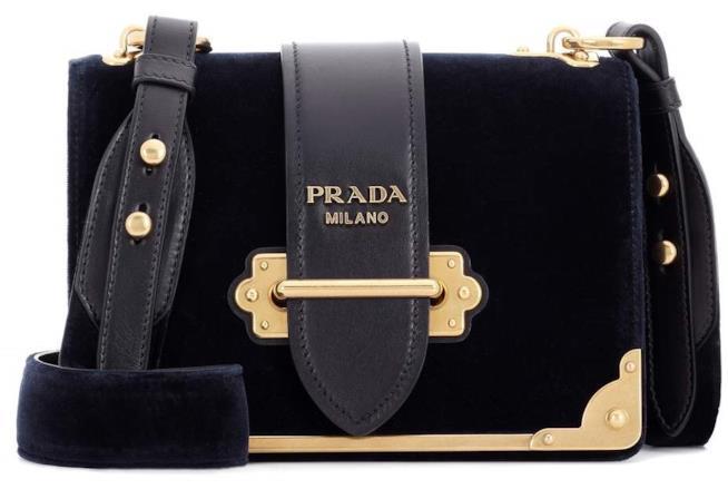 La borsa realizzata da  Prada in velluto Blu