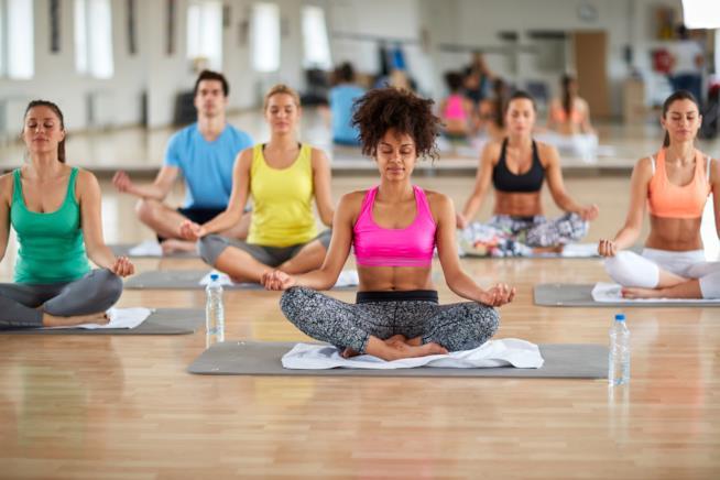 Donne fanno yoga