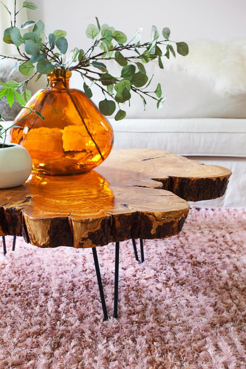 Tavolo di legno realizzato con una parte del tronco di un albero