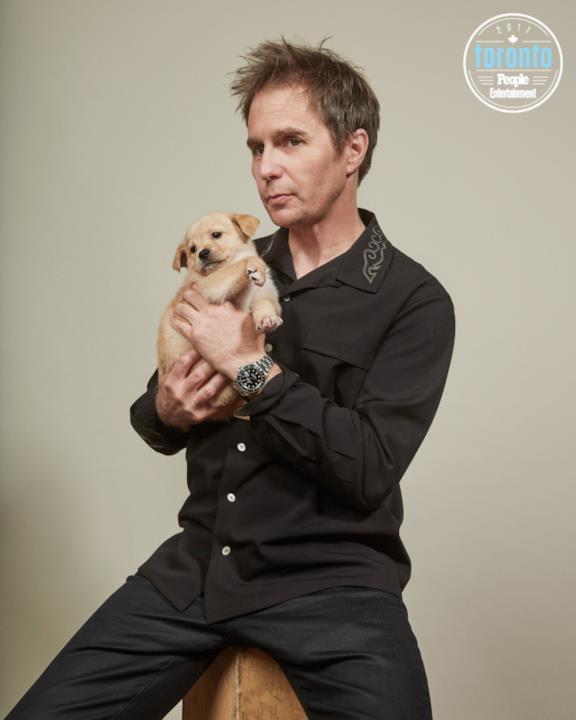 Sam Rockwell tiene in braccio un cucciolo