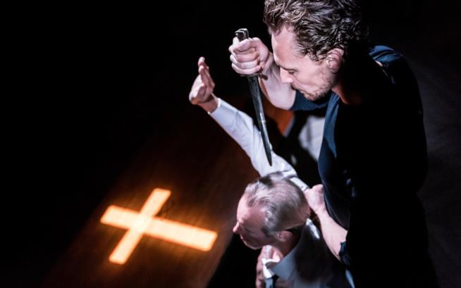 Una scena dell'Amleto con Tom Hiddleston, folle e sexy