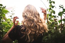 Ragazza con i capelli lunghi, mossi e biondi