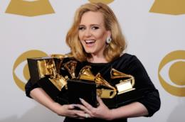 La cantante Adele con i suoi Grammy