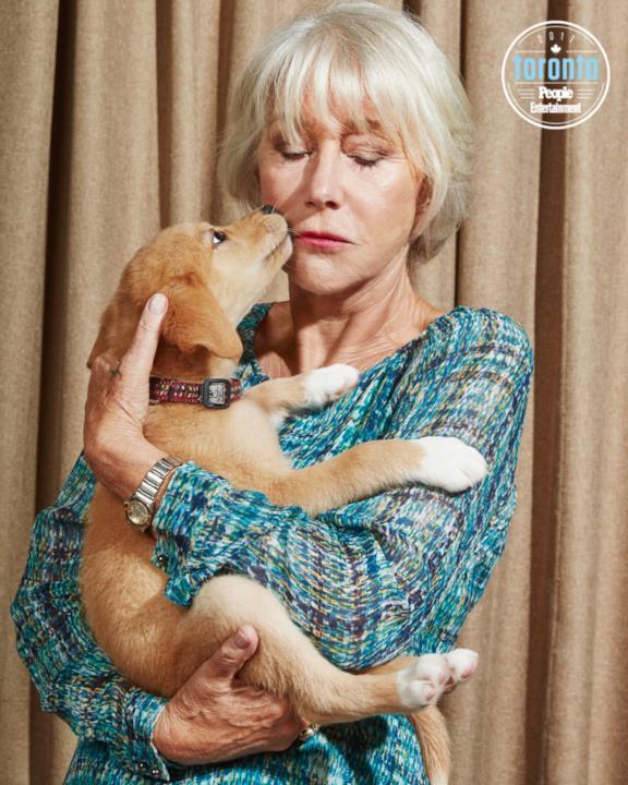 Helen Mirren tiene un cucciolo in braccio