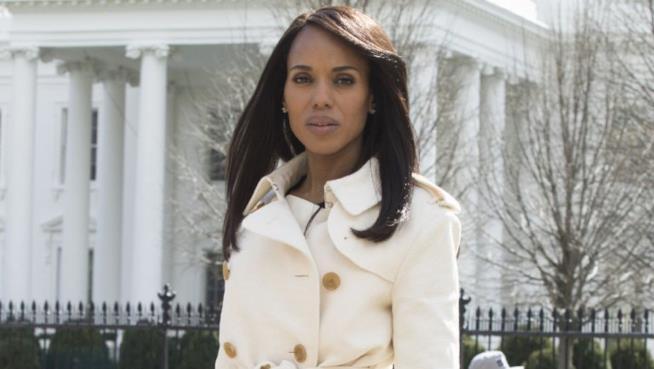 Olivia Pope nel suo cappotto bianco in una scena di Scandal