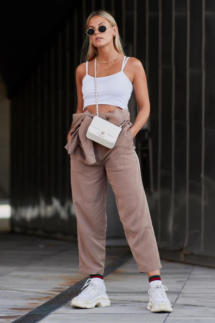 Sneakers indossate con crop top e pantaloni cropped
