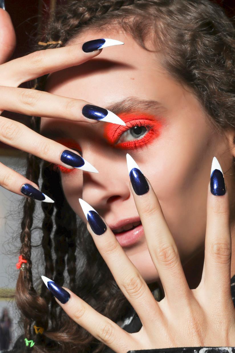 Nail art in gel blu e bianco