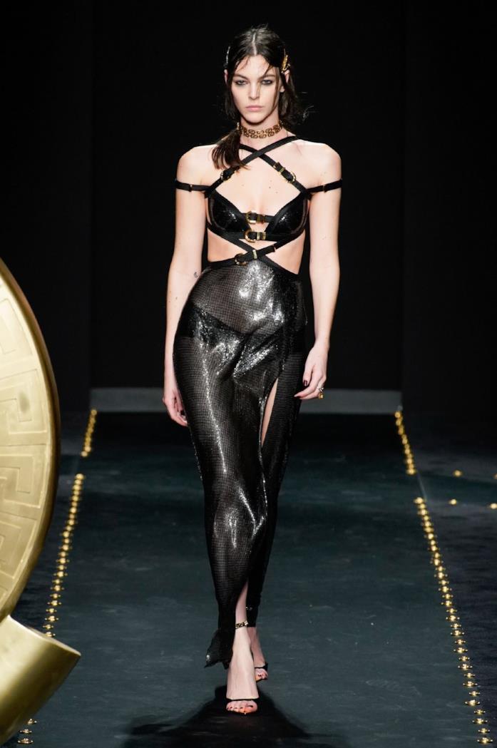 Nero, oro e borchie, marchi di fabbrica di Versace