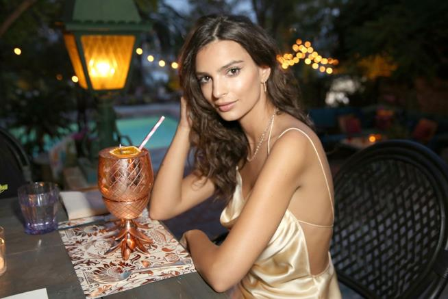 Emily Ratajkowski davanti a un drink