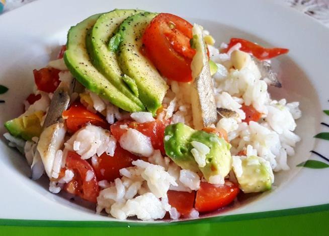 Insalata di riso con merluzzo e avocado