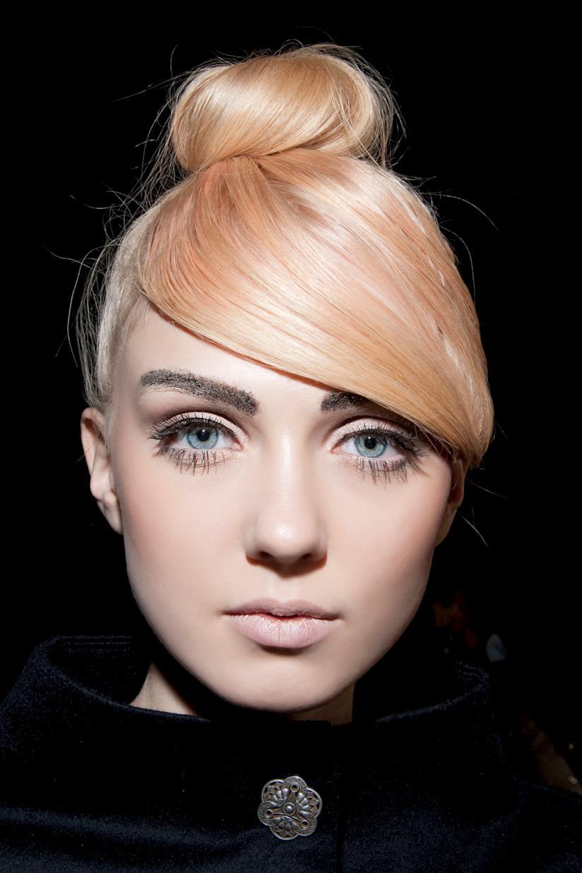 Modella con capelli Living Coral