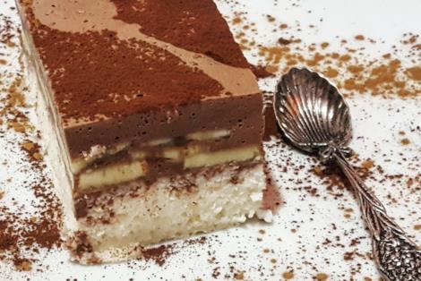 Fetta di torta con cacao e banane