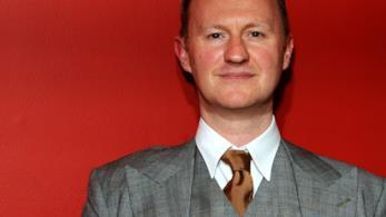 Mark Gatiss nei panni di Mycroft