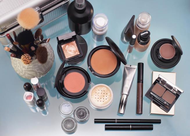 Cosmetici vari posati su un tavolo