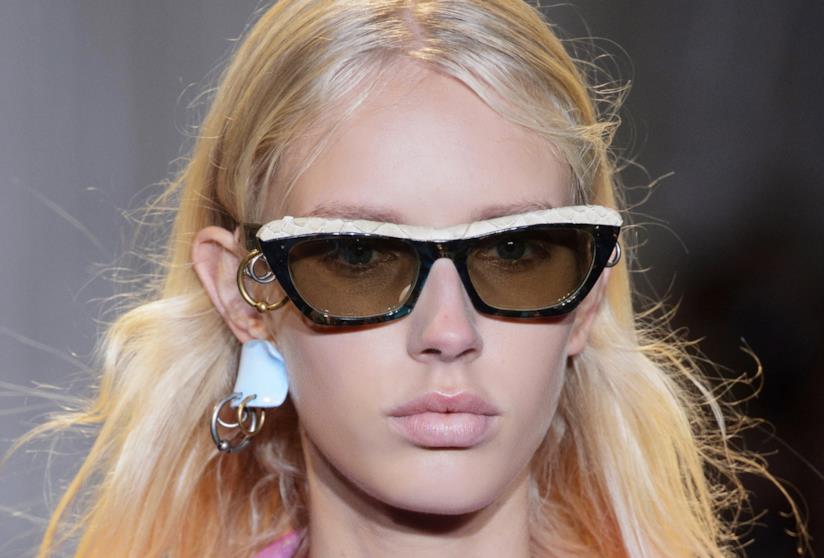 Ragazza con capelli biondi e occhiali da sole