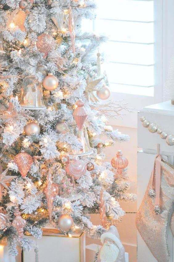 Albero di Natale bianco con addobbi rosa
