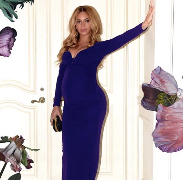 Beyoncé indossa un abito da sera blu con scollo profondo
