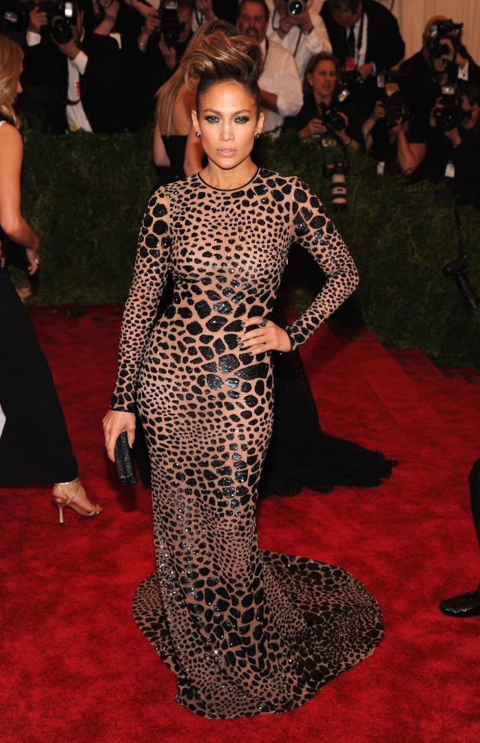 Il lunghissimo vestito leopardato di Jennifer Lopez