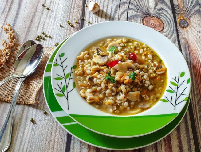Piatto con zuppa di legumi