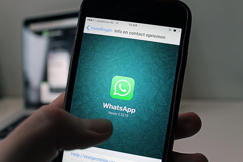 Smartphone con icona di whatasapp