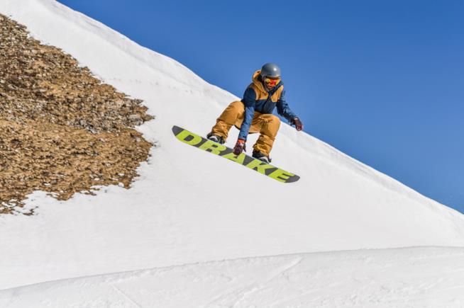 Uno sportivo pratica snowboard a Madonna di Campiglio