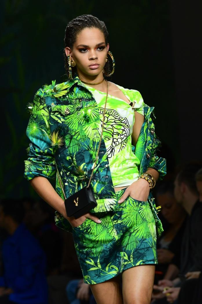Un look della sfilata Versace